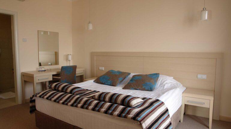 hotel-marica-nis-dvokrevetna-soba-sa-francuskim-lezajem